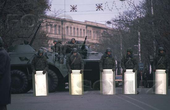 The soldiers guarding the building of the Oblast Committee of the Communist Party. Baku, January 1990. Our school No.132 is visible in background. Photo: Victoria Ivleva. Source: FotoSoyuz