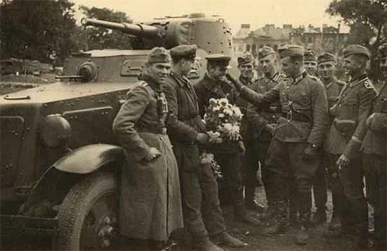 [Слика: brest-1939-german-soviet-fraternizing-01-550.jpg]