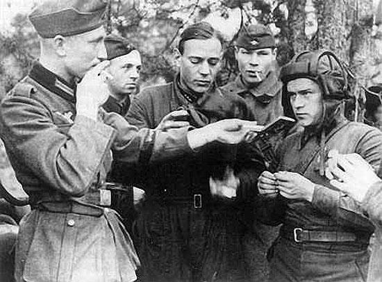 [Слика: brest-1939-german-soviet-fraternizing-02-550.jpg]