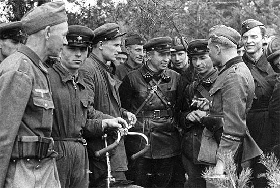 [Слика: brest-1939-german-soviet-fraternizing-03-550.jpg]