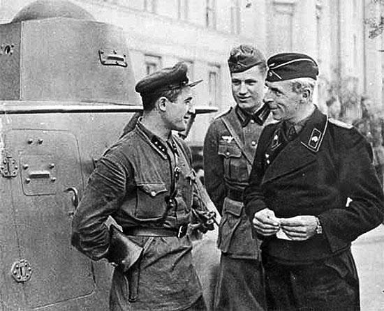 [Слика: brest-1939-german-soviet-fraternizing-04-550.jpg]