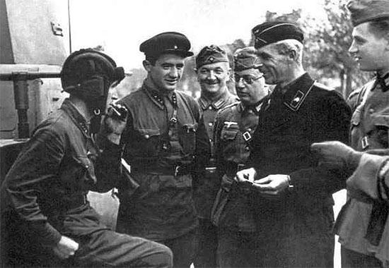 [Слика: brest-1939-german-soviet-fraternizing-05-550.jpg]