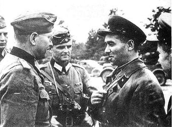 [Слика: brest-1939-german-soviet-fraternizing-06-550.jpg]