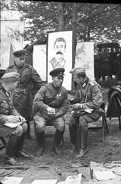 [Слика: brest-1939-german-soviet-fraternizing-10-394.jpg]