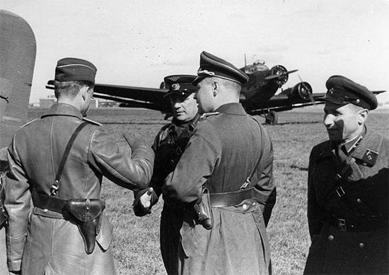 [Слика: brest-1939-german-soviet-fraternizing-12-550.jpg]