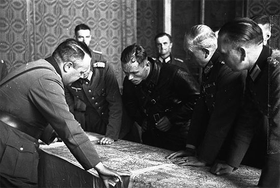 [Слика: brest-1939-german-soviet-fraternizing-13-550.jpg]