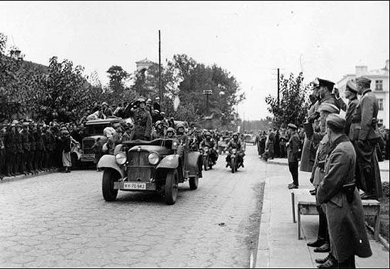 [Слика: brest-1939-german-soviet-parade-05-550.jpg]
