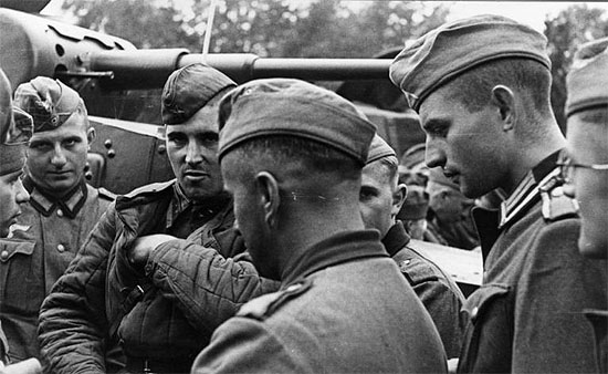 [Слика: brest-1939-german-soviet-tankists-frater...02-550.jpg]