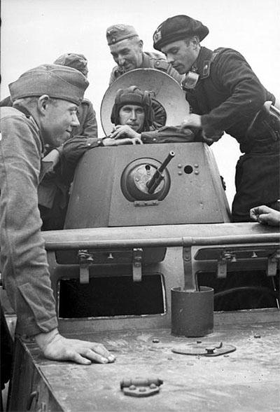 [Слика: brest-1939-german-soviet-tankists-frater...03-400.jpg]