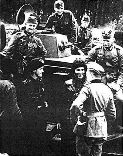 [Слика: brest-1939-german-soviet-tankists-frater...04-400.jpg]