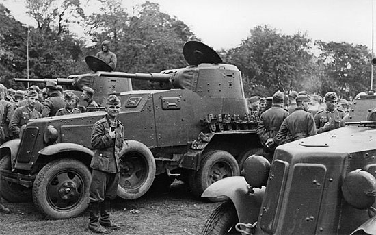 [Слика: brest-1939-german-soviet-tankists-frater...07-550.jpg]