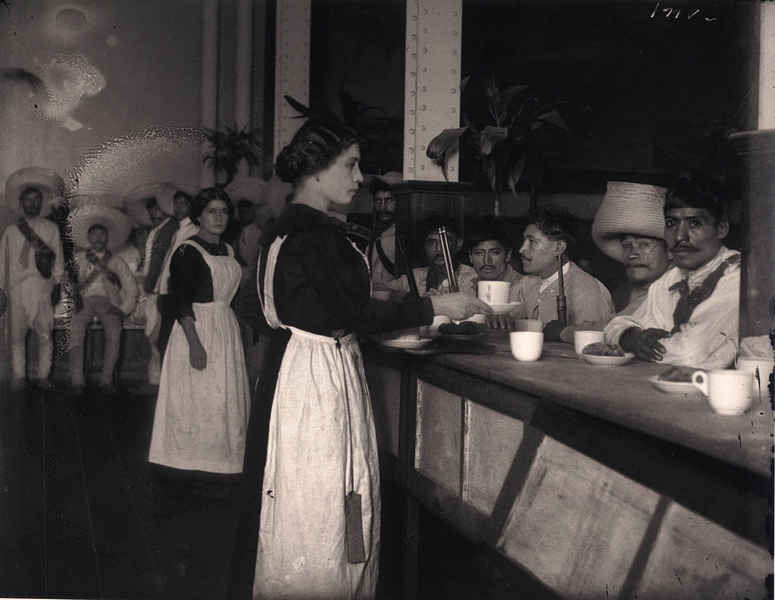 Mesa revuelta esclavos del momento for Azulejos zapata en el algar