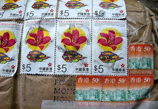 Tea Kam internetes boltjából, Hongkong, Kína: 5 dolláros és 50 centes hongkongi bélyegek a csomagon