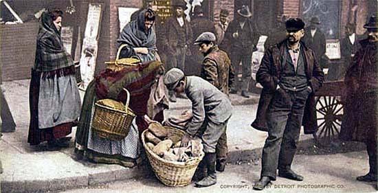 Utcai kenyérárus New York olasz negyedében. Fotokróm, 1902. Detroit Publishing Company, 1880-1920