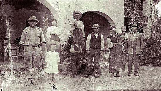 Olasz nagycsalád árkádok alatt