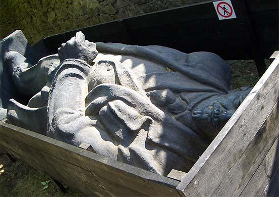 Lenin-szobor Lettországban, bedobozolva
