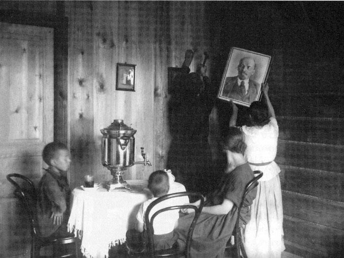 http://www.studiolum.com/wang/lenin/lenin-moscow-family-in-new-flat-1927.jpg