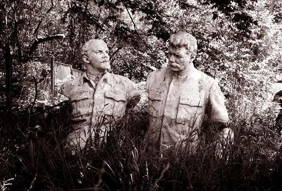 Lenin és Sztálin elvadult fűben