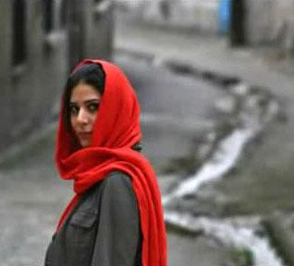 A Hajnal Mehdi Akhavan Sales Sahar c. versének Soheil Nafissi által megzenésített videoklipjéből